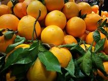 Pilhas das laranjas no mercado Fotos de Stock Royalty Free