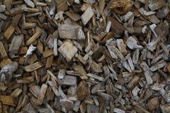Pilhas das microplaquetas de madeira em Lapland Finlandia imagem de stock