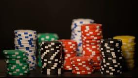 Pilhas das microplaquetas do casino isoladas na aposta tudo preta, arriscada, casino subterrâneo filme