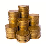 Pilhas das moedas de ouro isoladas no fundo branco, fim acima da vista Foto de Stock