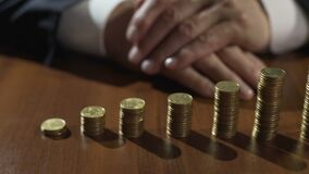 Pilhas das moedas e dos sandglass na tabela, interesse do salário do depositante em economias vídeos de arquivo