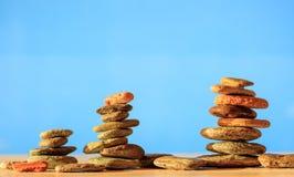 Pilhas das pedras do zen no fundo azul Foto de Stock Royalty Free