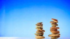 Pilhas das pedras do zen no fundo azul Foto de Stock
