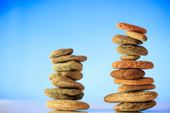 Pilhas das pedras do zen no fundo azul Imagens de Stock