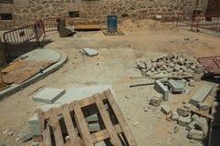 Pilhas das pedras e da entulho em um canteiro de obras em Avila foto de stock