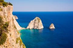 Pilhas das rochas no mar Mediterrâneo em Grécia fotos de stock
