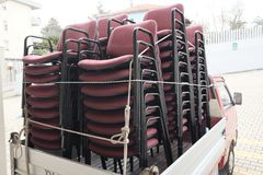 Pilhas de cadeiras em caminhões Fotografia de Stock