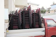 Pilhas de cadeiras em caminhões Fotografia de Stock Royalty Free