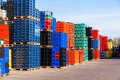Pilhas de caixas da garrafa da bebida imagem de stock royalty free