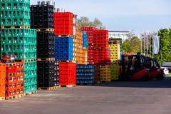 Pilhas de caixas da garrafa da bebida fotografia de stock