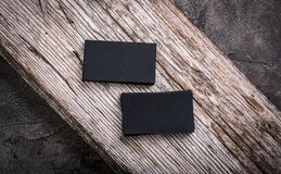 Pilhas de cartões vazios pretos no fundo de madeira Fotos de Stock Royalty Free