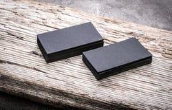 Pilhas de cartões vazios pretos no fundo de madeira Foto de Stock Royalty Free