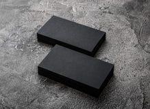Pilhas de cartões vazios pretos no fundo textured Fotografia de Stock