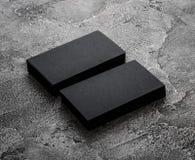 Pilhas de cartões vazios pretos no fundo textured Imagens de Stock Royalty Free