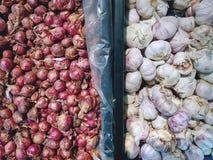 Pilhas de chalotas e do alho frescos da cebola fotografia de stock royalty free