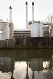 Pilhas de chaminé e tanques de armazenamento Imagem de Stock