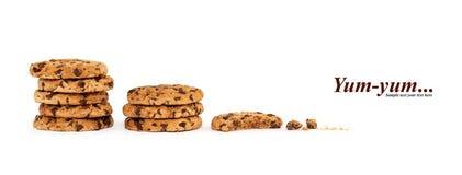 Pilhas de cookies parcialmente comidas Biscoitos saborosos da choc-microplaqueta fotos de stock