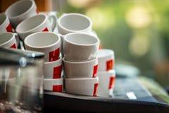 Pilhas de copos de café na máquina do café Imagens de Stock