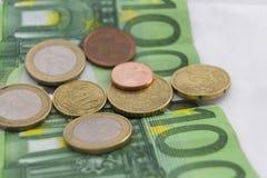 Pilhas de euro- moedas e cédulas Fotografia de Stock