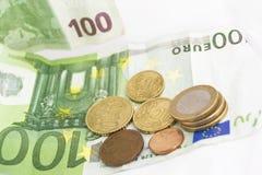 Pilhas de euro- moedas e cédulas Fotografia de Stock Royalty Free