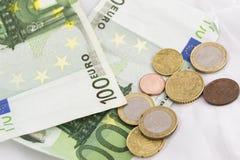 Pilhas de euro- moedas e cédulas Foto de Stock