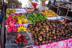 Pilhas de frutos frescos, tropicais e coloridos no mercado livre tailand?s imagem de stock royalty free