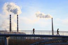 Pilhas de fumo da planta de carvão Fotografia de Stock