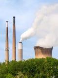 Pilhas de fumo e torre refrigerando Fotos de Stock Royalty Free