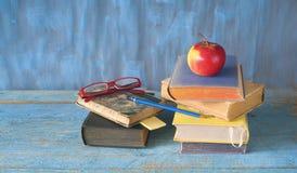 Pilhas de livros, de maçã, de espetáculos e de pena, leitura, educação, de volta ao conceito da escola, fotografia de stock royalty free