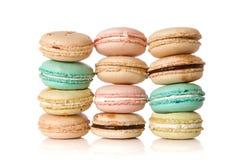 Pilhas de macaroons deliciosos assorted Imagens de Stock