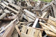 Pilhas de madeira em uma operação de descarga foto de stock royalty free