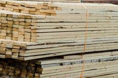 Pilhas de madeira para a construção enviada Imagens de Stock Royalty Free