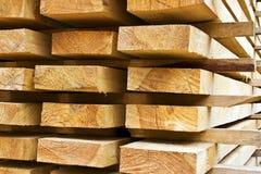 Pilhas de madeira serrada preparada Fotografia de Stock