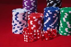 Pilhas de microplaquetas de póquer com jogo dos ossos Imagem de Stock