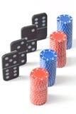 Pilhas de microplaquetas de póquer e de dominós Fotos de Stock Royalty Free