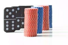 Pilhas de microplaquetas de póquer e de dominós Fotografia de Stock Royalty Free