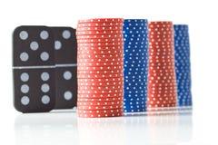Pilhas de microplaquetas de póquer e de dominós Imagem de Stock