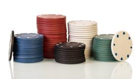 Pilhas de microplaquetas de póquer isoladas no branco Imagens de Stock Royalty Free