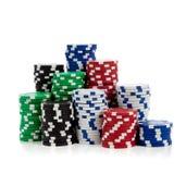 Pilhas de microplaquetas de póquer no branco Foto de Stock