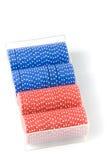 Pilhas de microplaquetas de póquer vermelhas e azuis Fotos de Stock Royalty Free