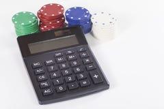 Pilhas de microplaquetas de pôquer e de grande calculadora Fotografia de Stock