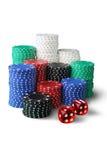 Pilhas de microplaquetas e de dados de jogo Fotografia de Stock Royalty Free