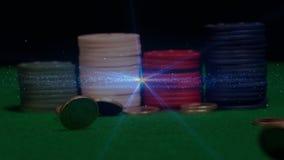 Pilhas de microplaquetas de pôquer com animação do dinheiro na queda livre video estoque