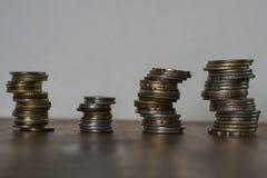 Pilhas de moedas asiáticas imagens de stock