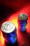 Pilhas de moedas de dez centavos e de quartos Fotografia de Stock