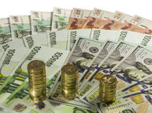 Pilhas de moedas de 10 rublos no fundo das cédulas Fotos de Stock