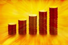 Pilhas de moedas douradas imagem de stock