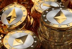 Pilhas de moedas douradas brilhantes de Ethereum Fotos de Stock Royalty Free