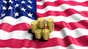 Pilhas de moedas douradas do dólar Fotos de Stock