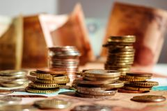 Pilhas de moedas em cédulas Conceito do dinheiro da economia Sucesso imagem de stock